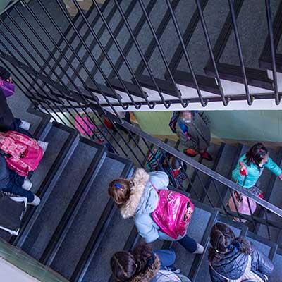 Niños subiendo por las escaleras del CEIP Padre Coloma